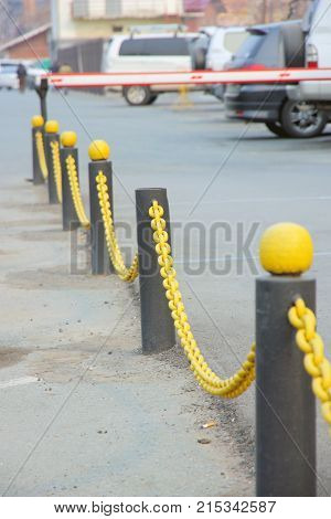 Yellow chain of an obstacle on columns abreast