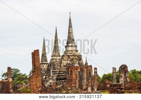 The three Chedis of Wat Phra Si Sanphet Ayutthaya, Historical Park has been considered a World Heritage Site on December 13th, 2534 in the historic city of Ayutthaya. is a tourist destination.
