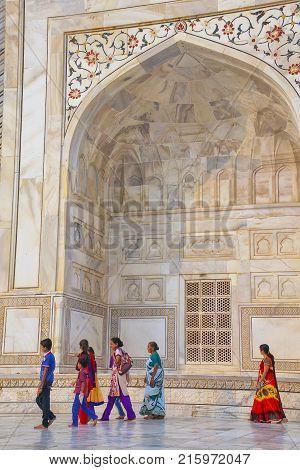 Agra, India-november 9: Unidentified People Walk Outside Taj Mahal On November 9, 2014 In Agra, Indi