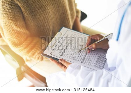 Doctor Note On Medical Record - Medical Examination Report For Diagnosis In The Hospital / Healthcar