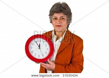 leitende beautiful Woman holding eine Runde Uhr