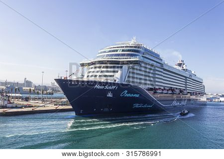 Las Palmas De Gran Canaria, Spain - December 9, 2018: Cruise Liner In The Port Of Las Palmas De Gran