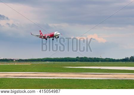 2019-11-14 / Ho Chi Minh City, Vietnam - An Air Asia Airliner Lining Up On The Final Approach For La