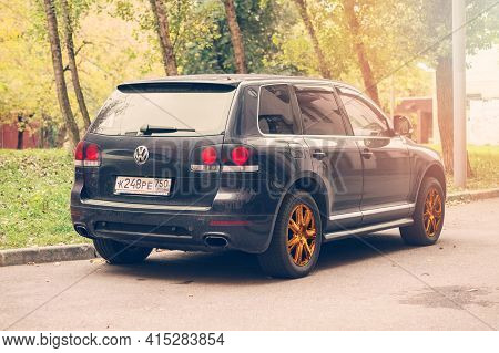 Moscow , Russia - April 2021: Vw Touareg 7l In Stunning Dark Blue Body Color With Golden Wheels. Rea