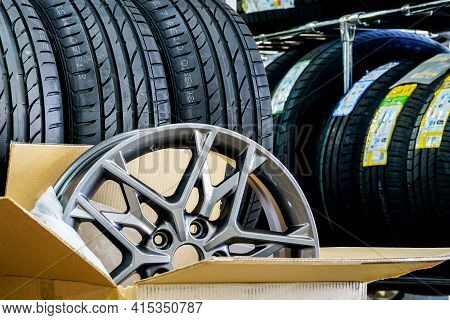 New Stylish Light Alloy Material Wheel In A Cardboard Box