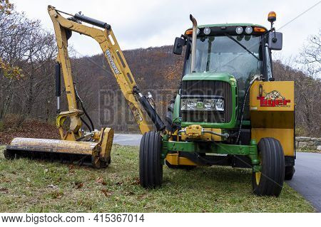 Shenandoah, Va, Usa 10-31-2020: A Green John Deere Model 6430 Tractor With A Side Hydraulic Arm Atta