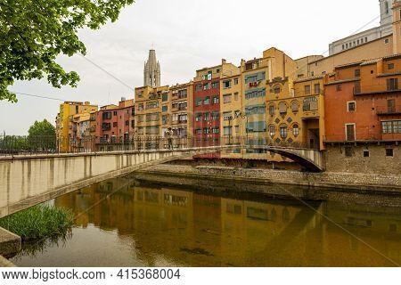 Girona, Spain 05-01-2010: Pont D'en Gomez O De La Princesa A Pedestrian Bridge Over Onyar River Whic