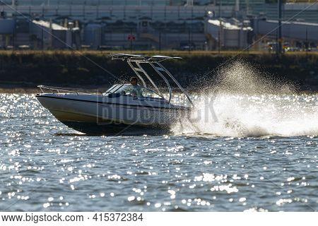 Washington Dc, Usa 10/03/2020: A Cabin Cruiser Style Power Boat (dauntless 20) Is Cruising At High S