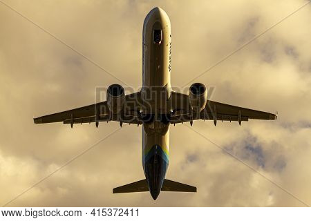 Washington Dc, Usa 10/02/2020: Over Head Image Of An Alaska Airlines Aircraft (airbus A321)  After T