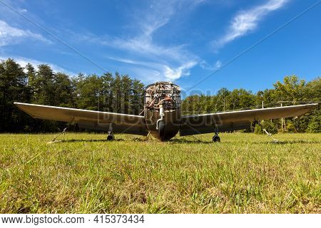 Indian Head, Md, Usa 09/19/2020:  Close Up Isolated Image Of An Abandoned Rusty Beechcraft Musketeer