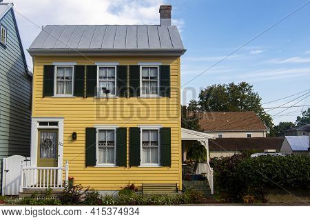 Chesapeake City, Md, Usa, 08/26/2020: Isolated Exterior Image Of A Well Maintained Civil War Era Tra