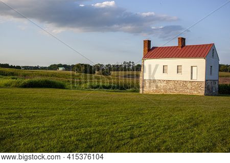 Maryland, Usa 08/05/2020: The Eighteenth-century Stone And Log Secondary House At The Best Farm. Thi