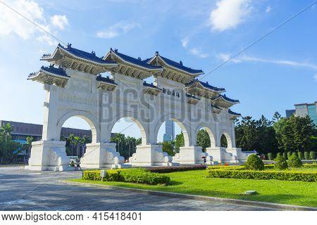 Taipei, Taiwan - Aug 6,2018 : People Walking Through Arch Of The Liberty Square At Chiang Kai-shek M