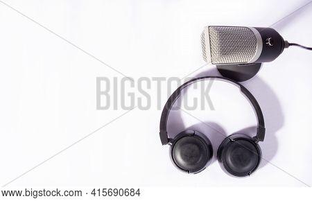 Home Work, Microfone Profissional Condensador E Fones De Ouvido Em Fundo Branco, Retrato High Key, T