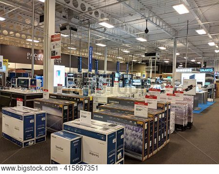 Honolulu - May 29, 2018:  Rows Samsung Tvs Boxes, Smartphones, And Other Items For Sale At Best Buy.