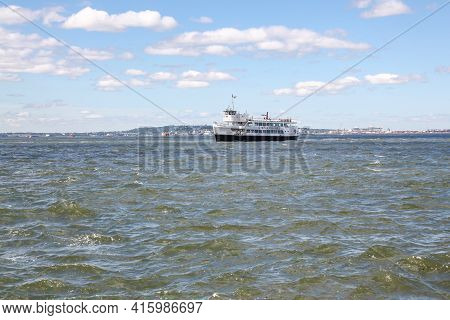 New York ,usa-june 15 ,2018:the Statue Cruises Boat Is Pick Up People Go To The Statue Of Liberty Is
