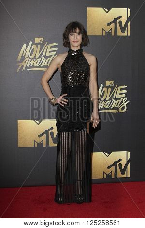 LOS ANGELES - APR 9:  Lizzy Caplan at the 2016 MTV Movie Awards Arrivals at the Warner Brothers Studio on April 9, 2016 in Burbank, CA