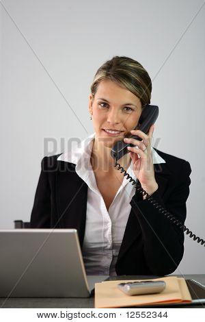 Portret van een jonge zakenvrouw bellen