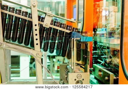 A conveyor for conveying the preforms to a machine for the production of plastic bottles.