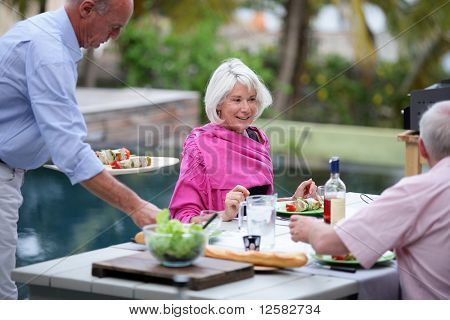Gruppe der Senioren mit einem Abendessen auf der Terrasse