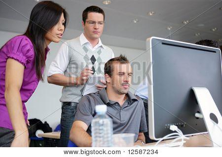 데스크톱 컴퓨터 앞에서 젊은 남성과 젊은 여성
