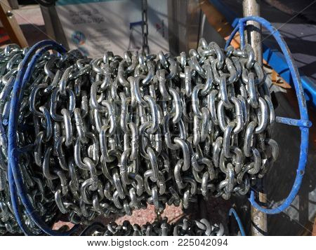 chain pictures, large and small chains on the chain stand, chain pictures of various sizes,