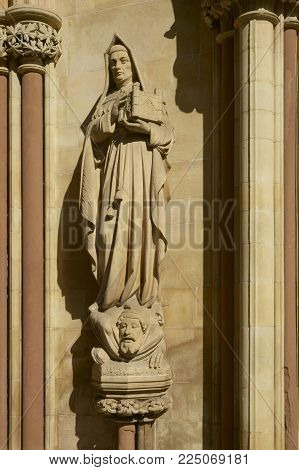 CAMBRIDGE, UK:CARVED STONE STATUE AT ENTRANCE TO SAINT JOHNS COLLEGE CHAPEL, 19TH SEPTEMBER 2004, CAMBRIDGE, UK