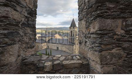 ponferrada, Spain / ponferrada, 11/09/2017 : Ponferrada (dal latino Pons Ferrata, ponte di ferro) è la capitale di El Bierzo, nella provincia di León, in Spagna. È sul fiume Sil ed è completamente circondato da montagne.