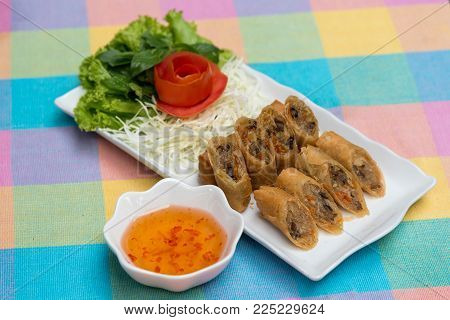 deep fried spring rolls, Por Pieer Tod or Fried spring rolls (Thai Spring Roll) Snacks and snacks that are popular with Thai and Chinese people.