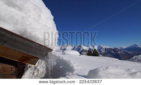 Verschneite Alp Oberhalb Eischoll Im Wallis, Schweiz. Hintergrund Das Bietschhorn Ein Markanter Berg