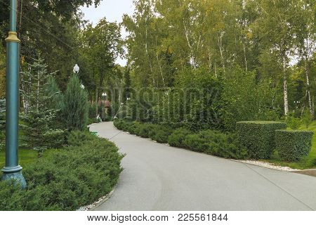 Kharkov, Ukraine - September 5, 2017: This Is One Of The Alleys Of The City Park In The Early Autumn