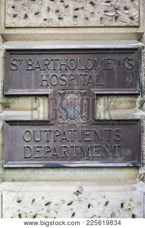 London, Uk - August 11th 2017: A Metal Plaque On The Exterior Of St. Bartholomews Hospital In The Ci