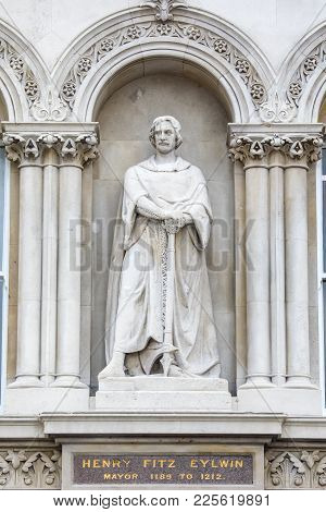 A Statue Of Historic Figure Henry Fitz Eylwin, Located At Holborn Viaduct In London, Uk. Eylwin Serv