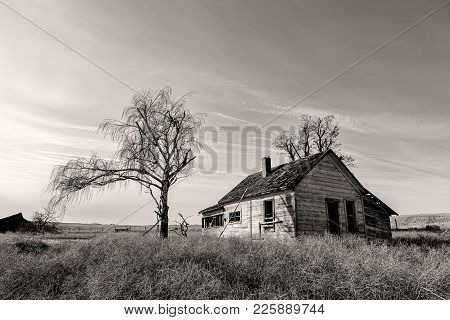 A B&w Of An Old Abandoned House In The Countryside In Eastern Washington.