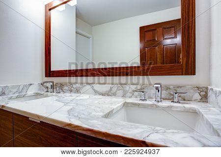 Sleek Bathroom With Double Vanity Cabinet