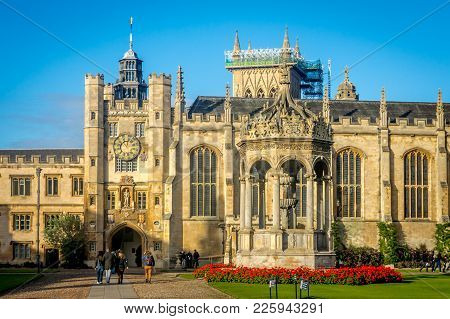 Cambridge, United Kingdom - 123 Oct, 2016 : People Walking In Front Of The Famous Trinity College On