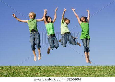Niños de grupo saltando