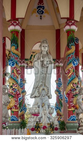 Si Racha, Thailand - March 16, 2019: Gray Statue Of Guan Yin And Entourage In The Middle Of Her Open