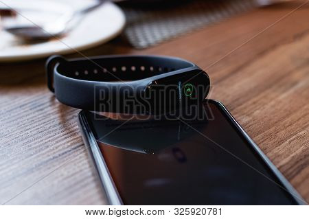 Belarus, Novopolotsk - Oktober 05, 2019: Xiaomi Mi Band 4 Syncs With Phone Close Up