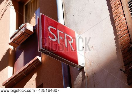 Toulouse , Occitanie France - 06 16 2021 : Sfr Red Text Logo And Sign Brand Front Of French Phone Te