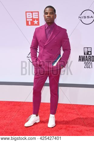 LOS ANGELES - JUN 27:  Kirk Franklin {Object} arrives for the 2021 BET Awards on June 27, 2021 in Los Angeles, CA