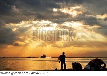 Sunset Dusk Time And Sun Lighting In Sea Ocean Of Look Ng Maynila Bay At Manila Baywalk On Roxas Bou