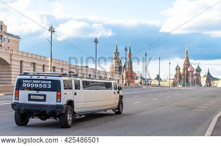 April 25, 2021, Moscow, Russia. Limousine On The Bolshoy Moskvoretsky Bridge In Moscow.