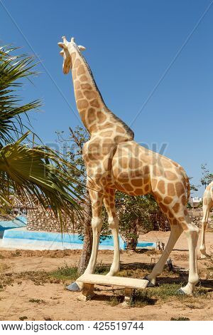 Sharm El Sheikh, Egypt - June 3, 2021: Figure Of A Giraffe In A Park Of Sharm El Sheikh City In Egyp