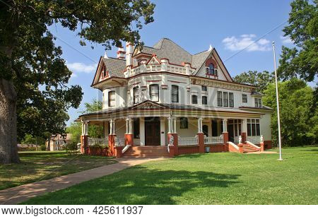 Historic Mansion In Rural Small Town, Tyler Tx