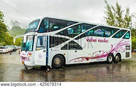 Surat Thani Thailand 24. Mai 2018 Pink Thai Tourist Bus While Monsoon Rain In Don Sak Surat Thani Th