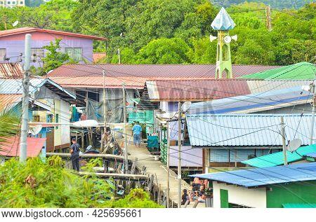 Labuan,malaysia-may 22,2021:the Village Of Fishermen And Footbridges On Stilts At Rancha Rancha Dara