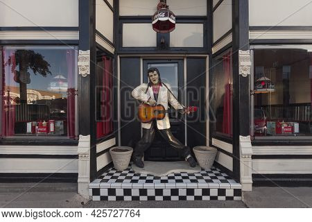 Williams, Arizona, Usa: May 2014: Street Scene With Souvenir Shops In Williams, One Of The Cities On