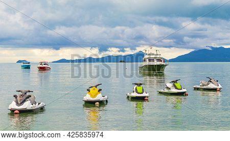 Surat Thani Thailand 25. Mai 2018 Bo Phut Beach With Boats And Jet Ski On Koh Samui Island With View