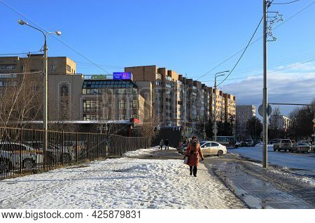 Balashikha, Russia - March 19, 2021. Residential Neighborhood In The Spring. Snow Melting On The Sid